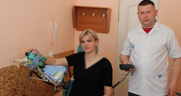 Андрій Бондаренко під час роботи з пацієнткою