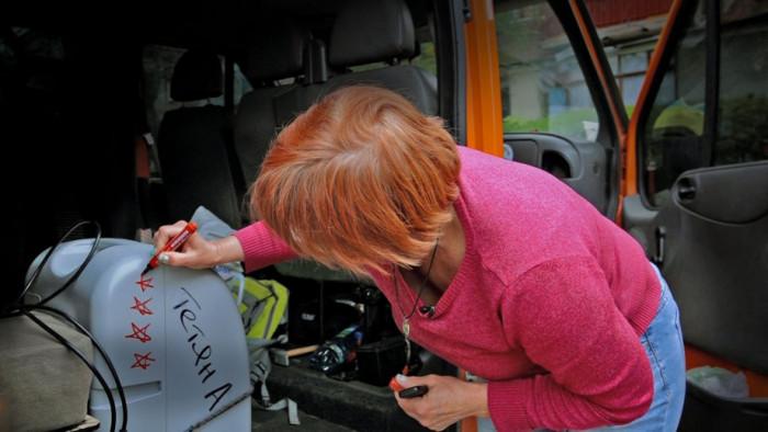 Волонтерка Юлія малює зірочку на концентраторі як символ ще одного врятованого пацієнта