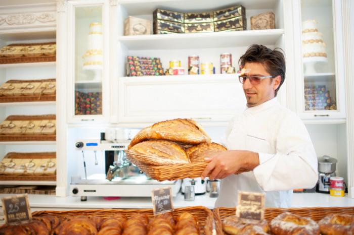 Кондитер Валентин Штефаньо зі свіжим хлібом