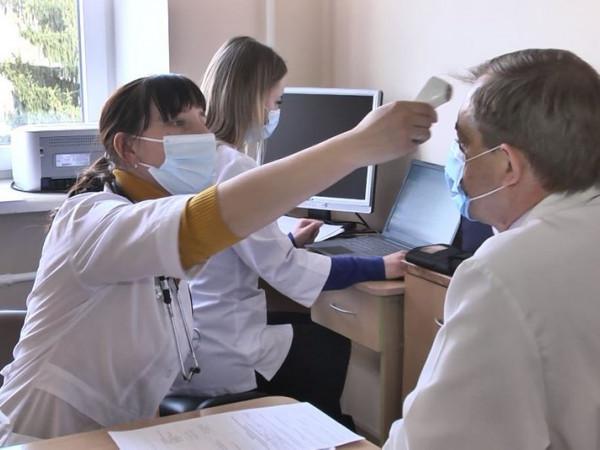 Працівники Луцької клінічної лікарні вакцинуються від коронавірусу
