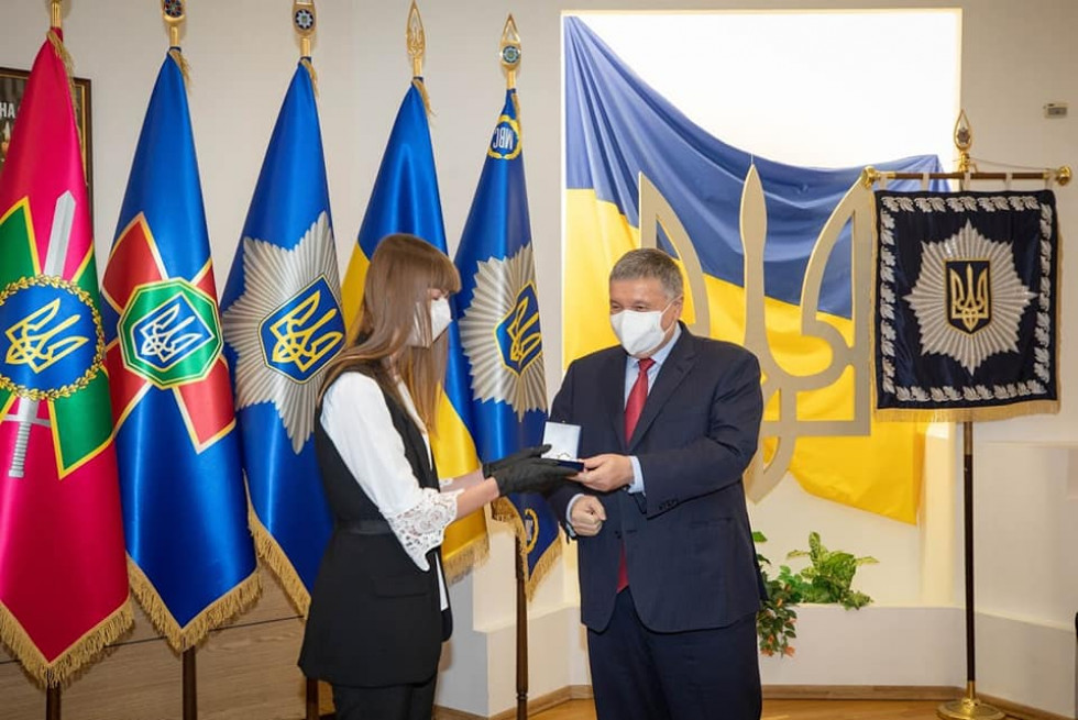 В Україні лікарів нагородили годинниками від МВС