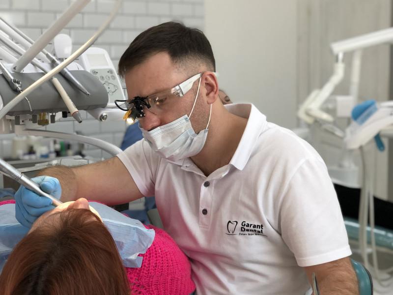 Стоматолог Іван Ліпич під час огляду пацієтки